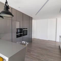Residência J&M: Cozinhas  por UNISSIMA Home Couture