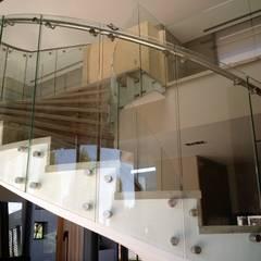 Barandas de vidrio curvo.: Galerías y espacios comerciales de estilo  por vidrioscurvos com