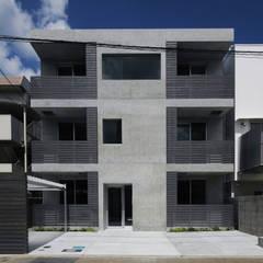 R Grey –永住したい打ち放しのマンション–: atelier mが手掛けたアプローチです。