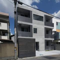R Grey –永住したい打ち放しのマンション–: atelier mが手掛けた長屋です。