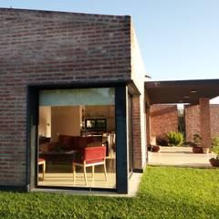 Vivienda Unifamiliar residencial: Ventanas de estilo  por Marcelo Manzán Arquitecto