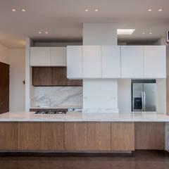 Cocinas equipadas de estilo  por Martínez Arquitectura