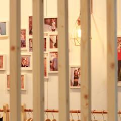 Centros de exhibiciones de estilo  por Hidràulica Disseny