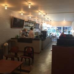 Área comedor y barra: Comedores de estilo  por Bustos + Quintero arquitectos