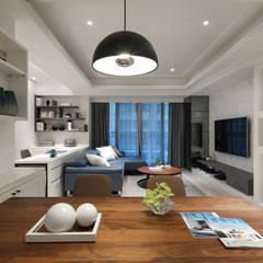 層。柔苒:  客廳 by 存果空間設計有限公司
