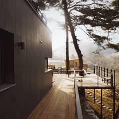 Black House (강원도 평창 전원주택): 위즈스케일디자인의  베란다,모던 우드 우드 그레인