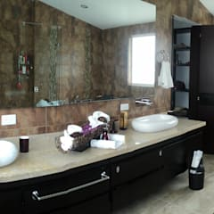 Casas Campestres : Baños de estilo moderno por Arquitectos y Entorno S.A.S