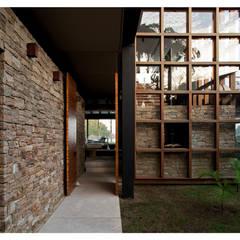 Pasillos y vestíbulos de estilo  por Arquitetura Gui Mattos