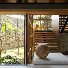 Residência Laranjeiras VIII - 2009 Corredores, halls e escadas tropicais por Arquitetura Gui Mattos Tropical
