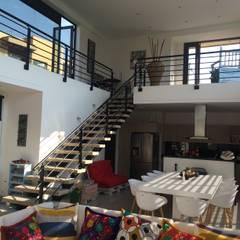 minimalistic Dining room by Arquitectos y Entorno S.A.S