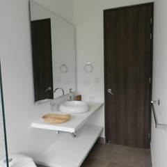 : Baños de estilo  por Arquitectos y Entorno S.A.S