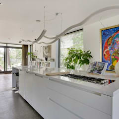 Wonen in het bos.:  Keukenblokken door Bongers Architecten