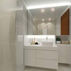 Reforma de banheiro: Banheiros  por StudioCS Arquitetura