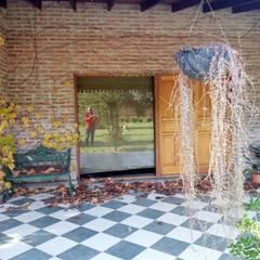 Casa de campo: Paredes de estilo  por Marcelo Manzán Arquitecto