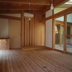 中央の家: 神谷建築スタジオが手掛けた書斎です。