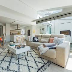 Una cocina blanca abierta al resto de la casa: Salones de estilo  de Santiago Interiores - Cocinas Santos