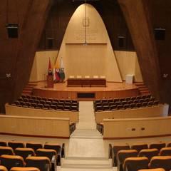Auditorio Universidad de Medellín: Estudios y despachos de estilo clásico por Metalmuebles