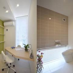 カウンセリング室・トイレ: 熊倉建築設計事務所が手掛けた病院です。