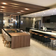 Kitchen by Jacqueline Fumagalli Arquitetura & Design