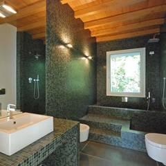TETTO IN LEGNO, PIETRA E MATTONI A VISTA: Bagno in stile  di silvestri architettura