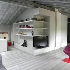ZONA TV STUDIO SOGGIORNO: Elettronica in stile  di Daniele Franzoni Interior Designer - Architetto d'Interni