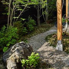 ウッドデッキのあるセミ・コートハウス: 竹内建築設計事務所が手掛けた庭です。,モダン