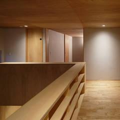 吹き抜けに面した2階廊下: 神成建築計画事務所が手掛けた廊下 & 玄関です。