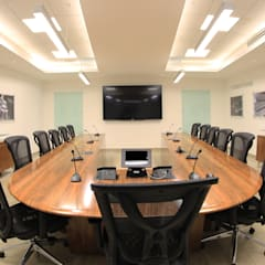 Sala de juntas en ZF sachs Ramos Arizpe: Salas multimedia de estilo minimalista por spazio interiores