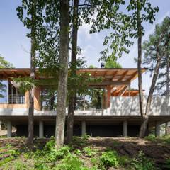 南側外観: 内海聡建築設計事務所が手掛けた別荘です。