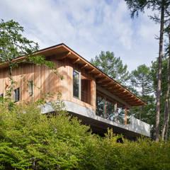 西側外観: 内海聡建築設計事務所が手掛けた別荘です。