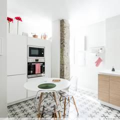 Reforma Integral en el II Ensanche de Pamplona: Módulos de cocina de estilo  de TALLER VERTICAL Arquitectura + Interiorismo