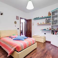 Villa Bologna: Stanza dei bambini in stile  di Luca Tranquilli - Fotografo