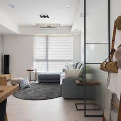 Salas / recibidores de estilo escandinavo por 寓子設計