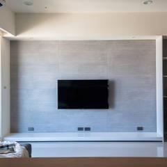 غرفة المعيشة تنفيذ 極簡室內設計 Simple Design Studio