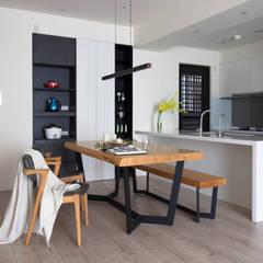 Comedores de estilo escandinavo de 極簡室內設計 Simple Design Studio Escandinavo