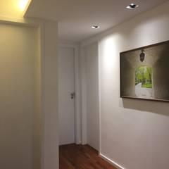 Hall dos quartos: Portas  por branco arquitetura