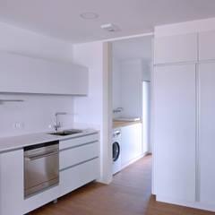Vivienda en San Martiño do Porto: Cocinas integrales de estilo  de AD+ arquitectura
