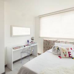 Habitacion adoscente: Habitaciones de estilo mediterráneo por Maria Mentira Studio
