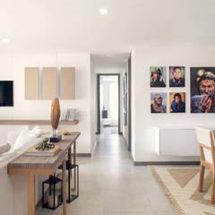 corredor: Salas de estilo mediterráneo por Maria Mentira Studio