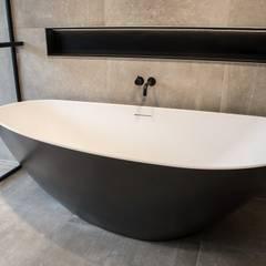 Vrijstaand design bad De Eerste Kamer:  Badkamer door De Eerste Kamer