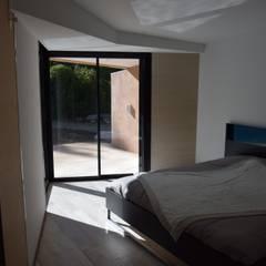 La chambre: Chambre de style  par Grégory Cugnet ARCHITECTE
