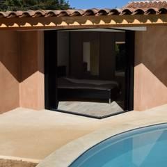 La chambre vue de l'extérieur: Chambre de style  par Grégory Cugnet ARCHITECTE