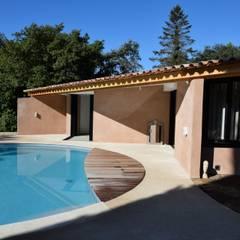 La façade et la piscine: Maisons de style de style Méditerranéen par Grégory Cugnet ARCHITECTE