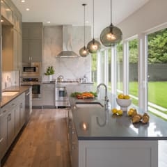 Magnolia House :  Kitchen by Rerucha Studio