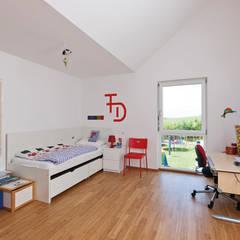 Kinderzimmer im oberen Kubus mit Ausgang nach draussen:  Kinderzimmer Junge von KitzlingerHaus GmbH & Co. KG