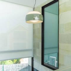 ESCALERAS: Ventanas de estilo  de CCVO Design and Staging