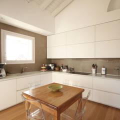 مطبخ ذو قطع مدمجة تنفيذ JFD - Juri Favilli Design, حداثي حجر الكلس