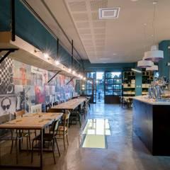 da ex officina a OFFICINA DI PIZZA: Gastronomia in stile  di Eleonora Messini Architetto