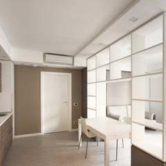 Arredamento di Design per un Monolocale a Milano: Ingresso & Corridoio in stile  di JFD - Juri Favilli Design