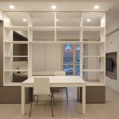Arredamento di Design per un Monolocale a Milano: Sala da pranzo in stile  di JFD - Juri Favilli Design